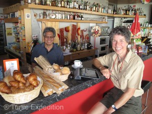 Sergio Miranda owns the little bar and café at the beach in neighboring Vinelz. He also offers showers and Wi-Fi Internet.
