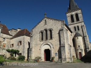 The church dominates the village square of Espédaillac.