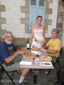 We ended the day in a more traditional way with a great pizza at the little restaurant where Nathalie works, the Tsara (c'est très bonne).
