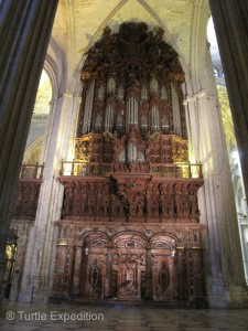 We wish we could have heard one of the two huge double sided organs, but why two? Or well, the church in Mafra (Portugal), you may recall, had four!