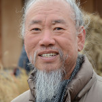 Mr. Kim Jong-heung, the famous wood carver in Hahoe, was happy to pose for a picture.