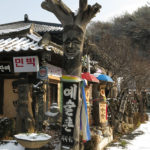 At the entrance of the Hahoe area, were Mr. Kim-Jong-heung and several souvenir shops.